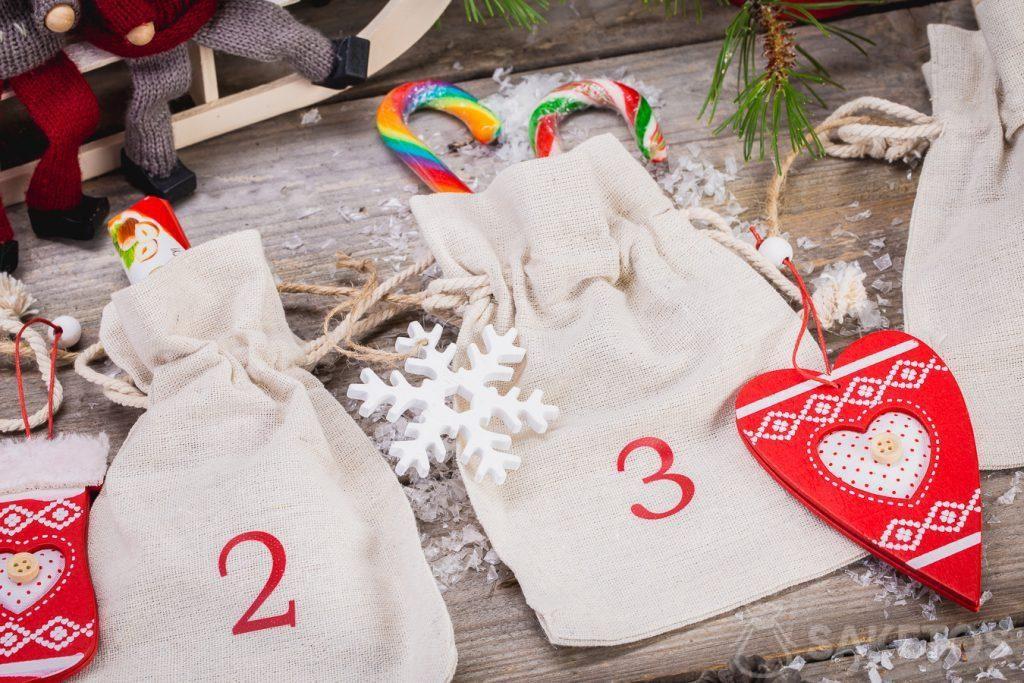 Je kunt snoepjes, kerstversieringen, bedrijfsgadgets of productmonsters in linnen tassen stoppen die de adventskalender vormen!