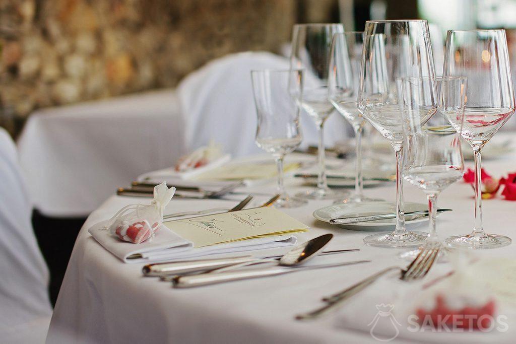 Organza zakje gevuld met snoepjes liggend op de bruiloftstafel
