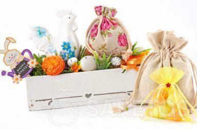 Kleurrijke paasset bestaand uit stoffen zakjes en een rechthoekige bloempot met paaseieren