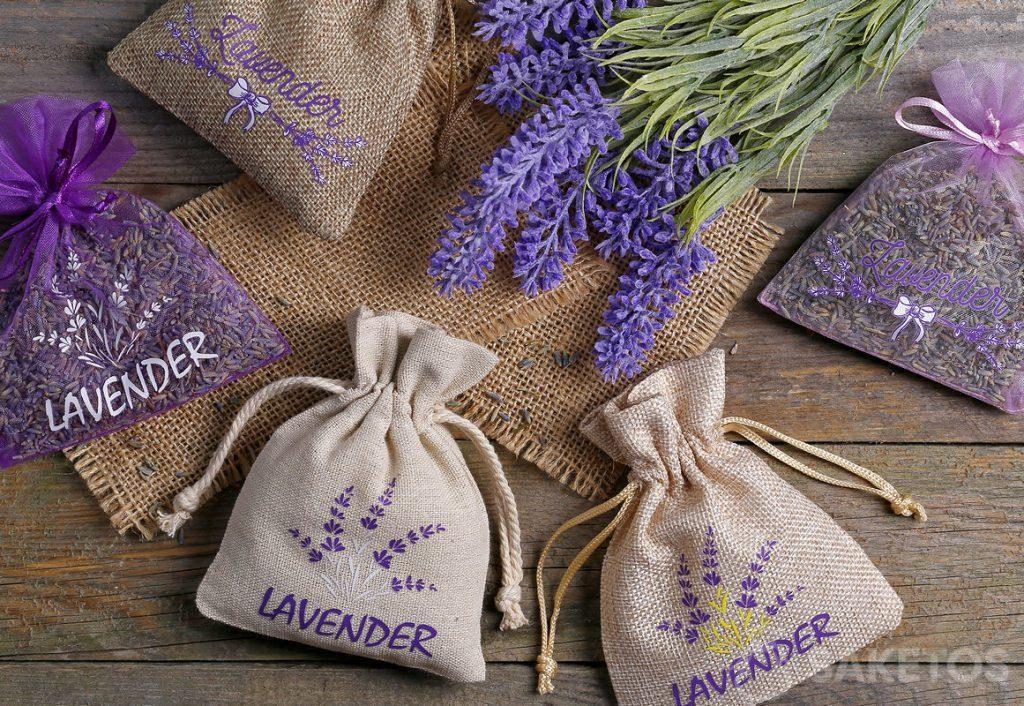 Zakjes van organza, jute en linnen met een gedrukte afbeelding van lavendel en gevuld met gedroogde lavendelbloesem.