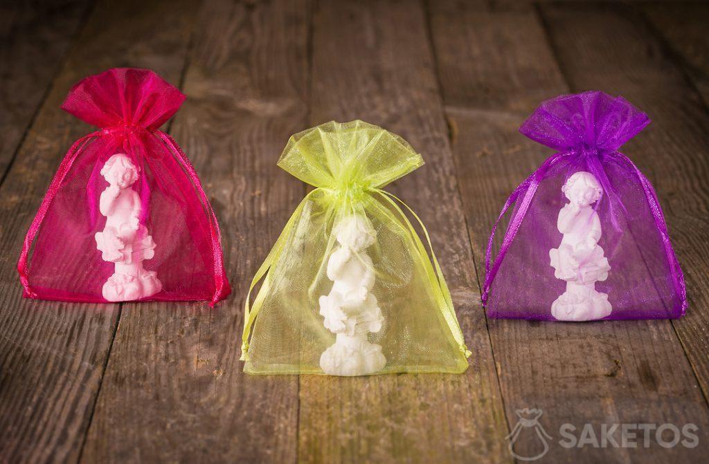 Engelfiguurtjes verpakt in kleurrijke organzazakjes voor bedankingen voor de bruiloftsgasten