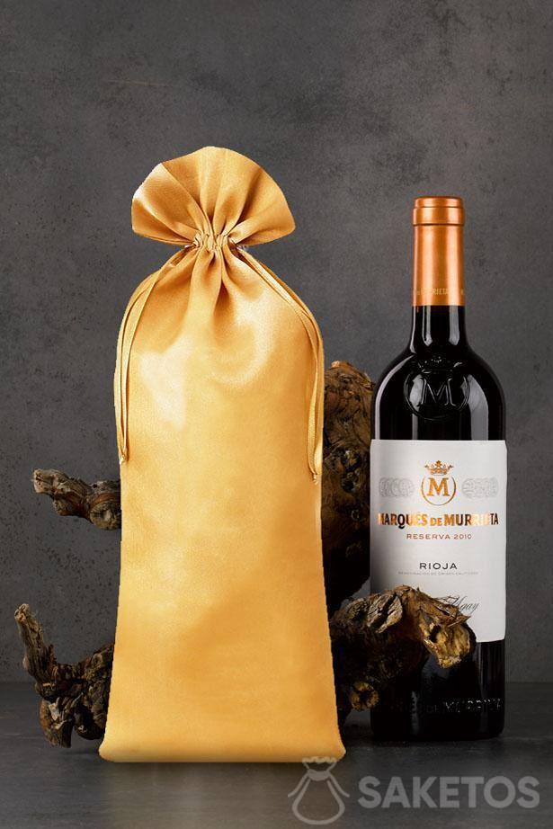 Goudkleurig satijnen zakje met afmetingen 16x37 cm als verpakking voor een wijnfles