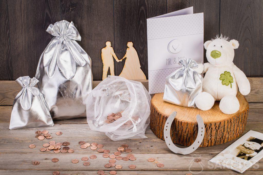 Als het huwelijkscadeau geld zou moeten zijn, kun je het in een glazen spaarpot wikkelen in een organza zakje.