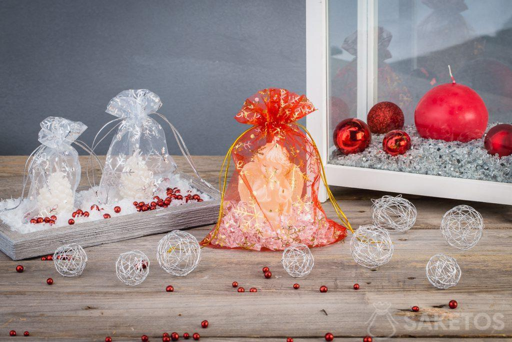 Kaarsje in een decoratief kerstzakje uit organza.