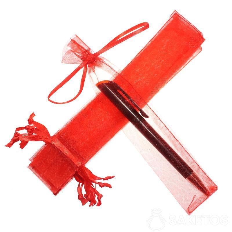 Rood organzazakje 3,5 x 19 cm voor een balpen.