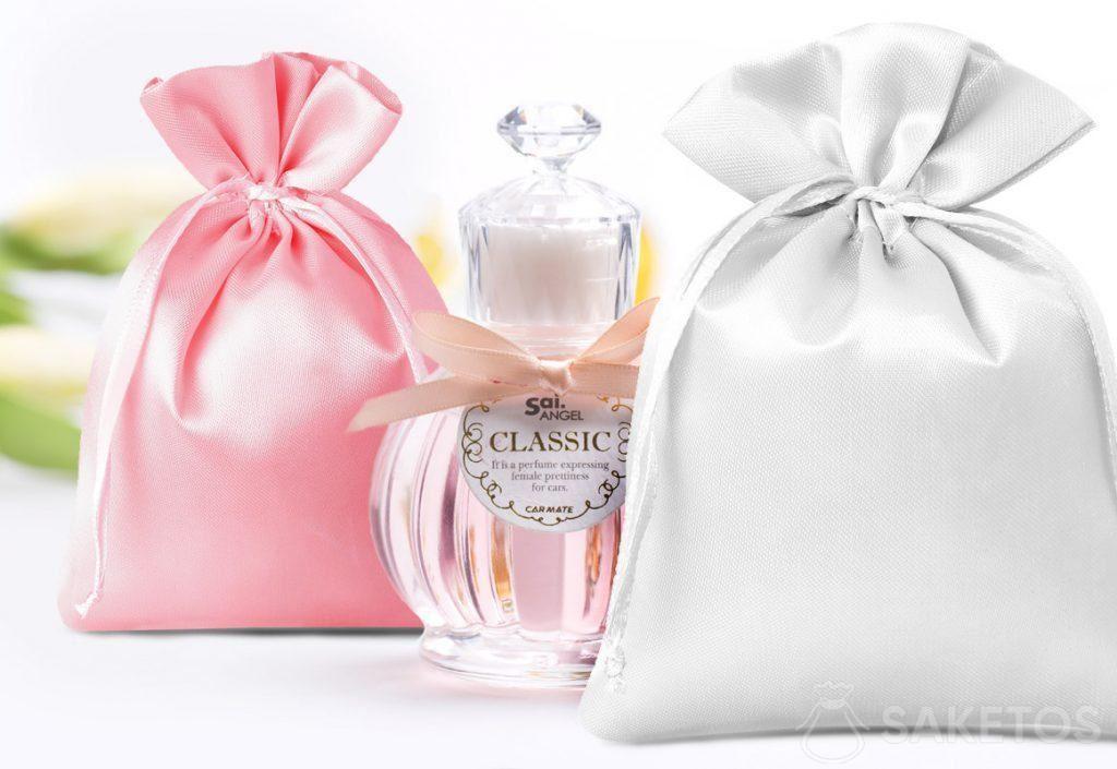 Satijnen zakjes in het roze en zilverkleur en decoratief parfumflesje