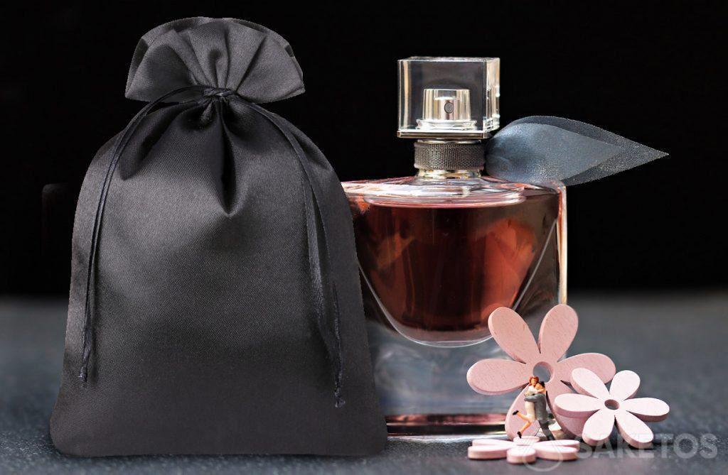 Elegant zakje van zwart satijn voor parfum