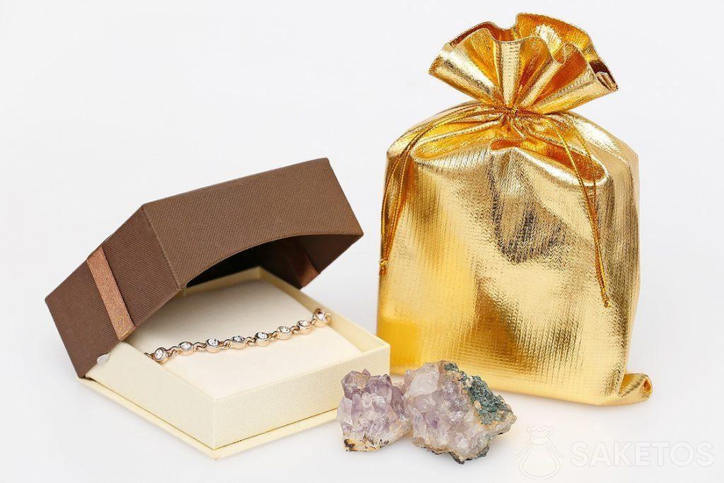 Goudkleurig metaalachtig zakje en een elegante armband.