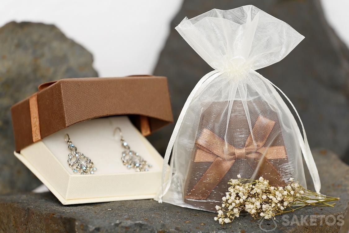 Zakjes van materieel bevatten ook een beschermende rol voor delicate sieraden.