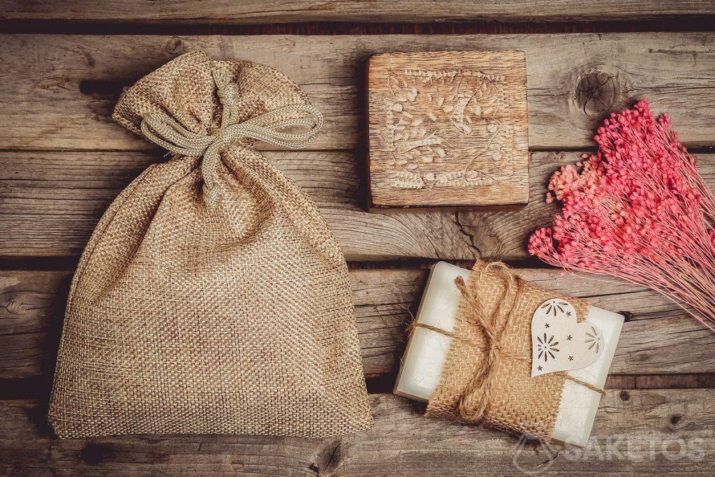 Natuurlijke cosmetica bijvoorbeeld handgemaakte zeep zien er verpakt in een jutezakje schitterend uit.