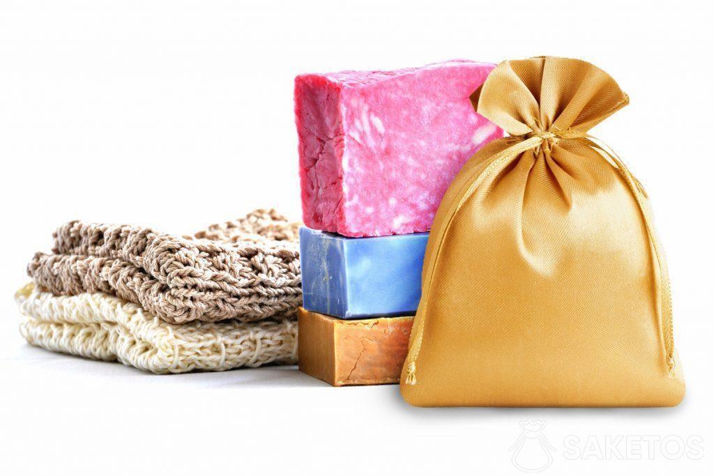 Kleurrijke zeepjes en een goudkleurig satijnen zakje.