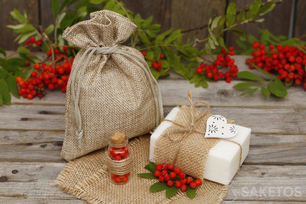 Witte natuurlijke zeep kan worden gedecoreerd en als cadeau verpakt worden in een jutezakje