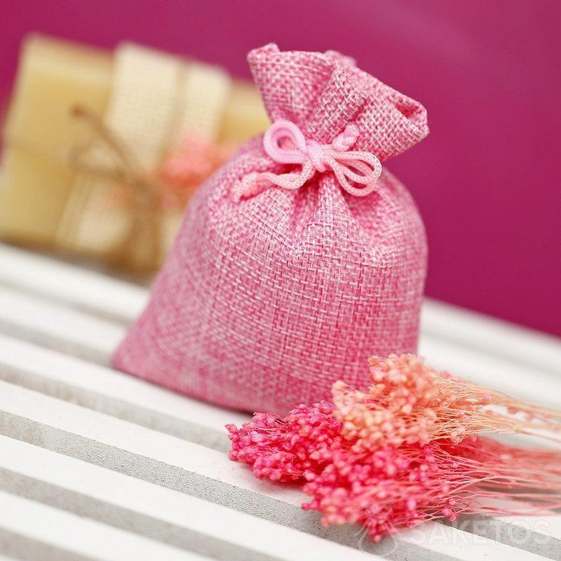 Roze jutezakje met een stuk natuurlijke zeep op de achtergrond.