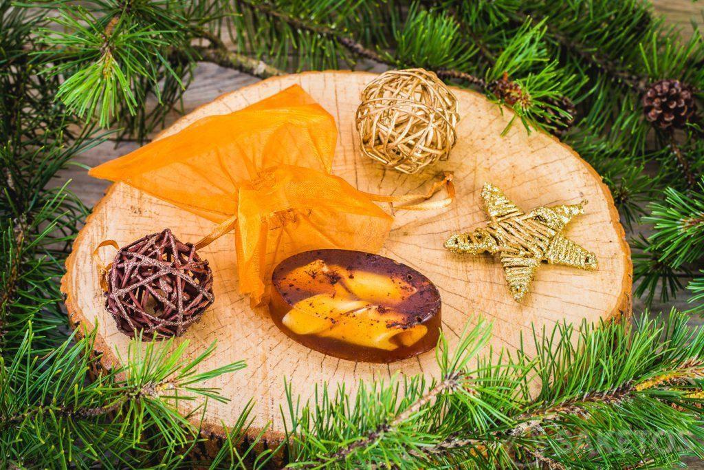 Glycerinewinterzeepje en een goudkleurig organzazakje als decoratieve verpakking.
