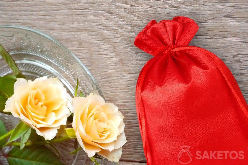 Rood satijnen zakje en rozen