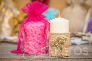 Het geschenkzakje van organza is een elegante verpakking voor kaarsen.