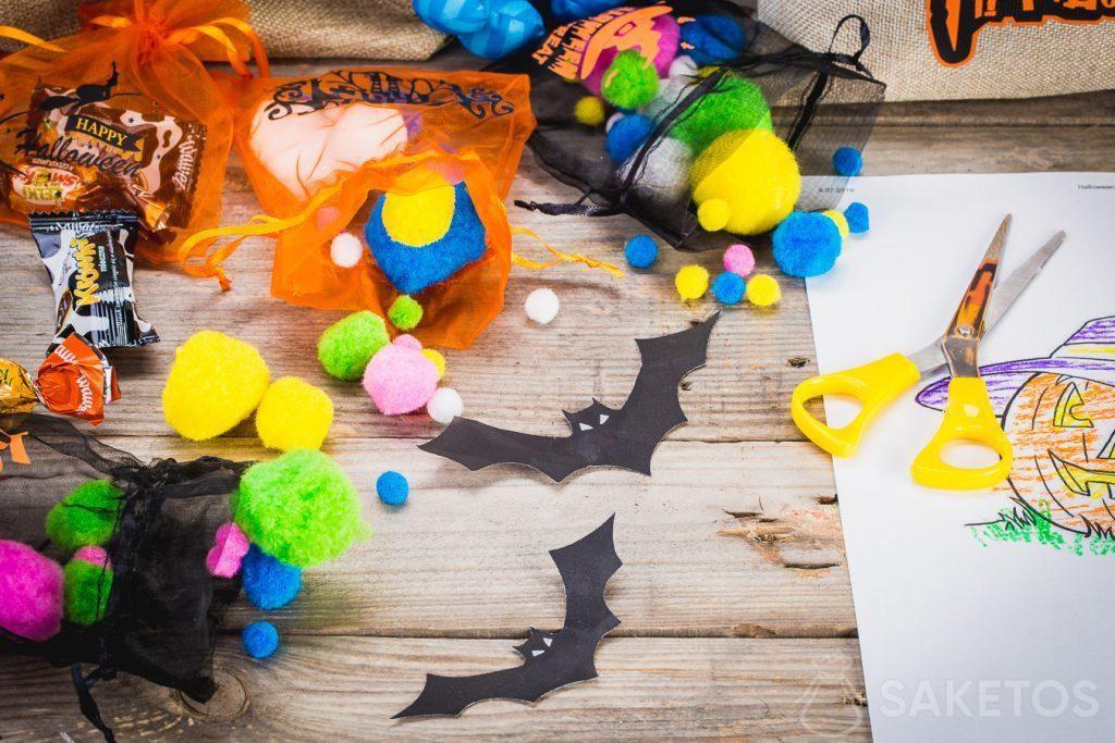In de Halloween geschenkzakjes kan je niet alleen snoepjes maar ook andere decoratieve elementen opbergen.