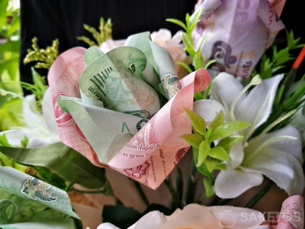 Een trouwboeket met origami-bloemen gemaakt van bankbiljetten