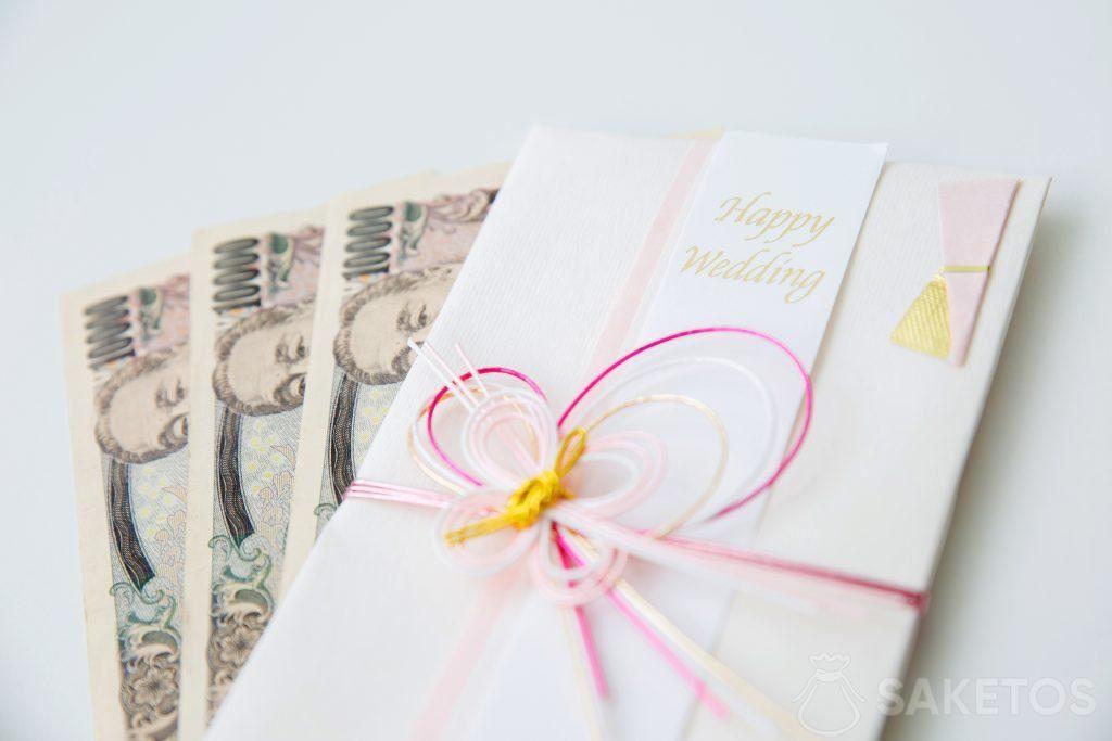 Geld in een wenskaart geschoven met bruiloft wensen