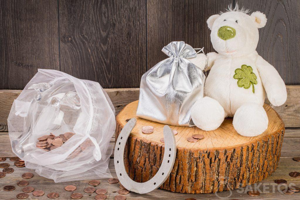Het cadeaugeld kan worden gestopt in een stoffen zakje dat aan het pootje van een teddybeer wordt opgehangen. Een schitterend idee is ook om een spaarvarken gevuld met geldmunten te geven.