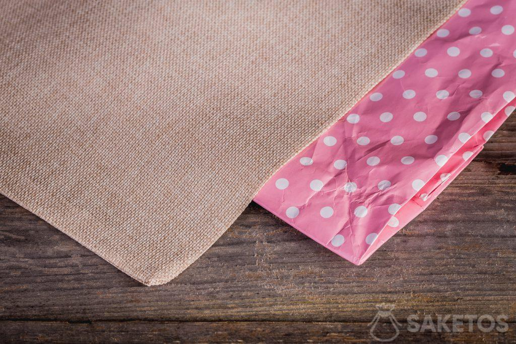 Stoffen geschenkzakjes hebben het voordeel dat ze minder snel slijten dan papieren zakken