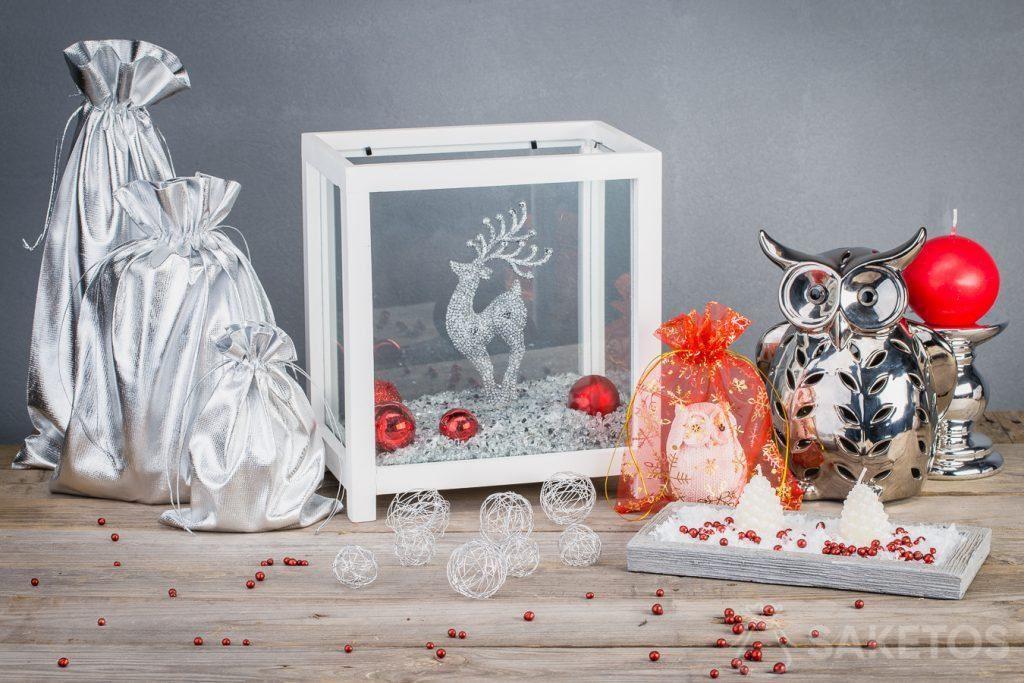 Metaalachtige geschenkzakjes geven de kerstversieringen een moderne look.