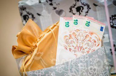 Het is de moeite waard om geld te overhandigen, dat op een elegante wijze verpakt is.