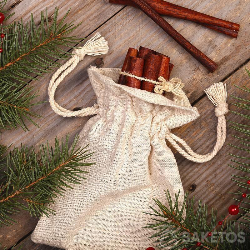 Een kerstversiering in een rustieke stijl