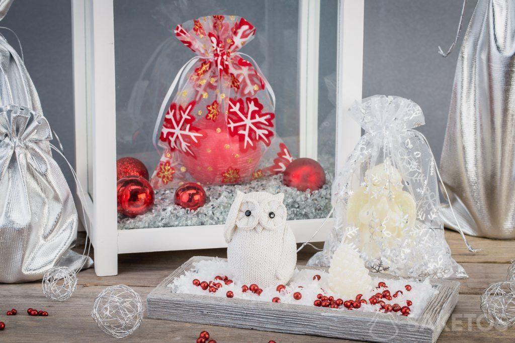 Onze geschenkzakjes voor Kerst passen uitstekend bij andere versieringen