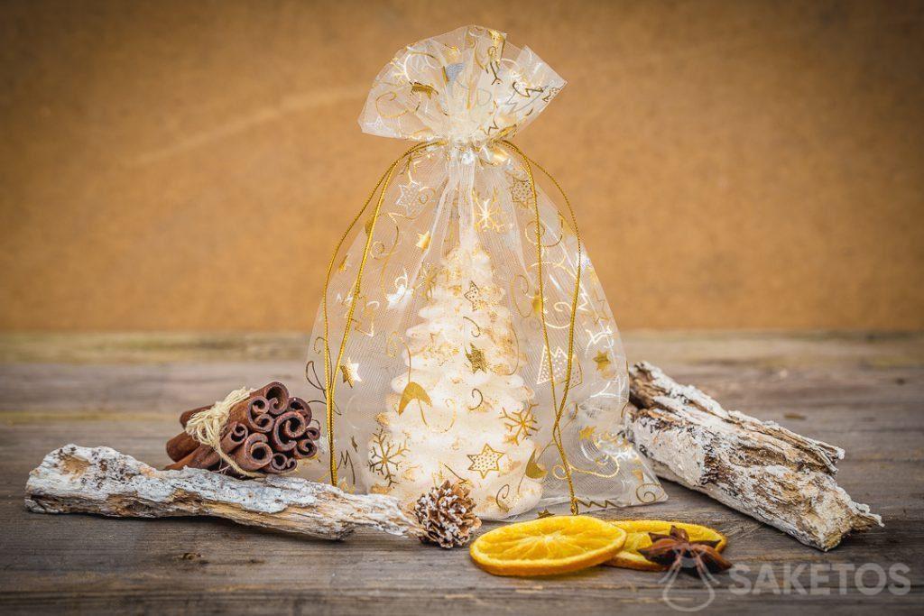 Organza geschenkzakjes voor kerstmis als een verpakking voor kaarsen