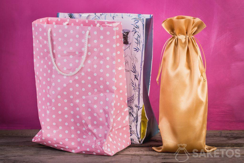Een vergelijking van een gewoon cadeauzakje met een stoffen zakje