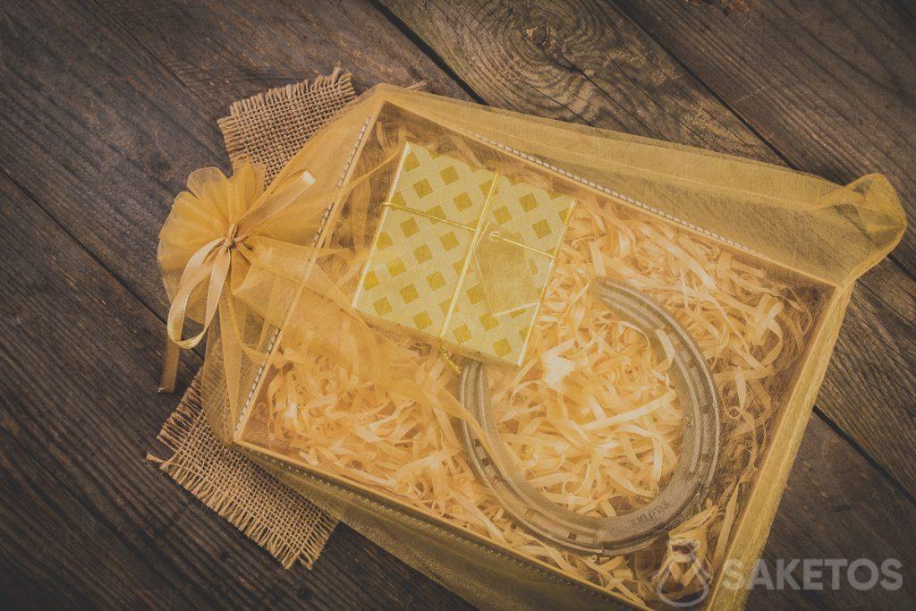 Geschenkjes in een zakje van organza met een decoratief lintje