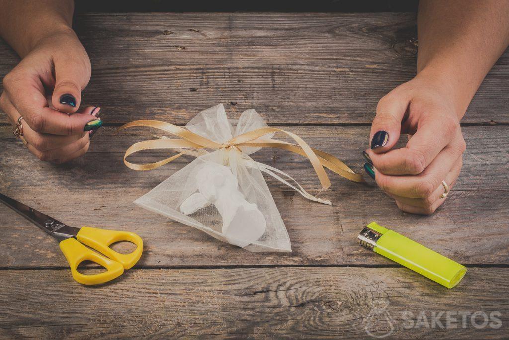Een strik van een lint gebonden op een zakje van organza- stap 10