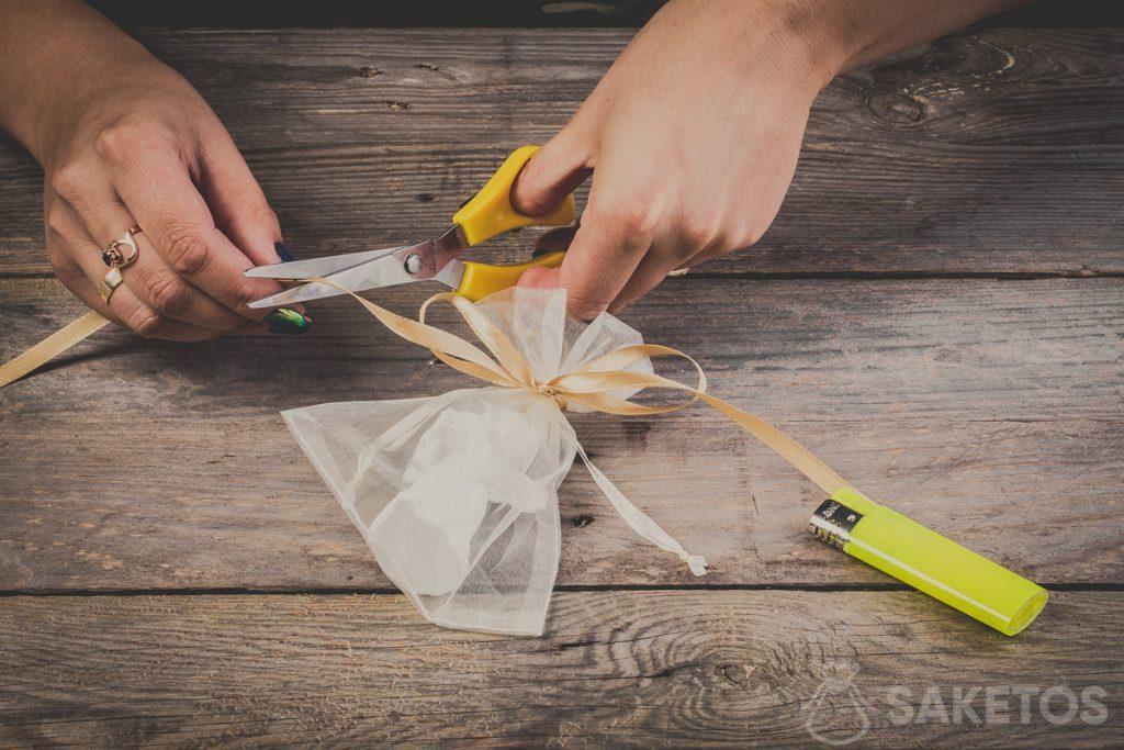 Het afknippen van de uiteinden van de strikken van een lint- stap 11