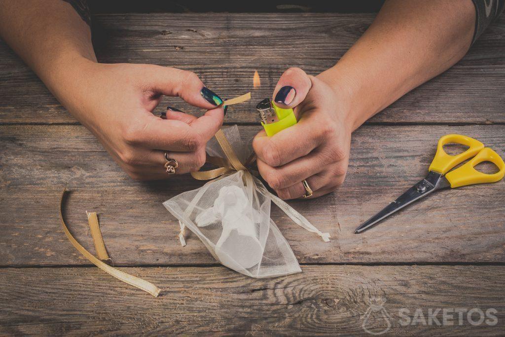 Let er ook op dat de eindjes van de linten van de strik moeten worden gebrand. Op die manier voorkomen wij dat het lint gaat uitrafelen - stap 12