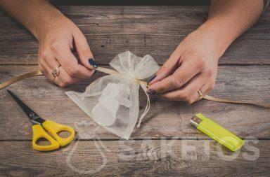 Hoe maak ik een strik van een lint op een zakje van organza - stap 2