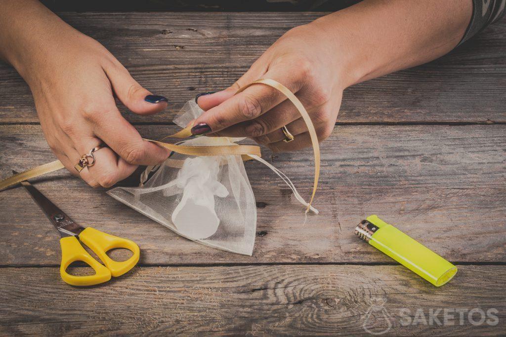 Hoe knoop je een strik van een lint - stap 3