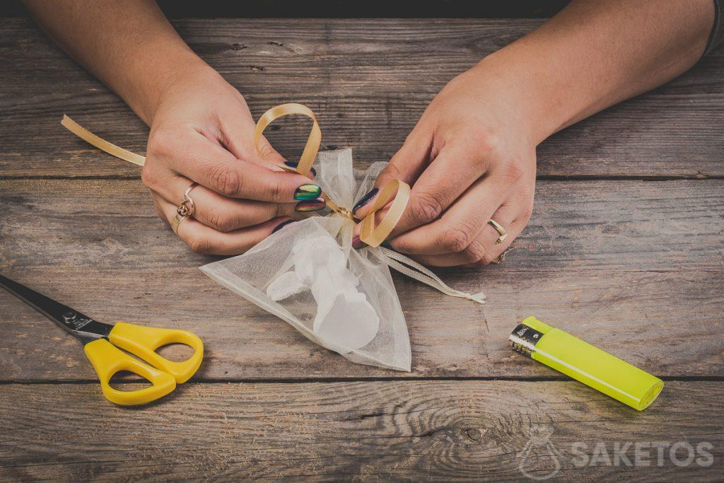 Lussen vormen bij het binden van een strik van een lint - stap 6
