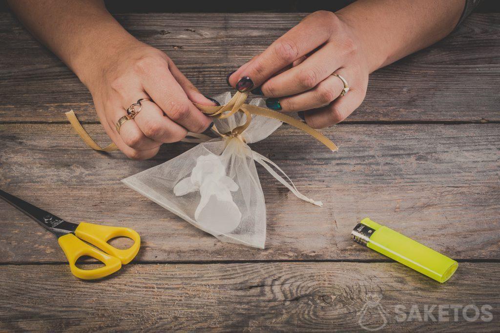 Het aanbrengen van lussen bij het maken van de strikken van een lint - stap 8