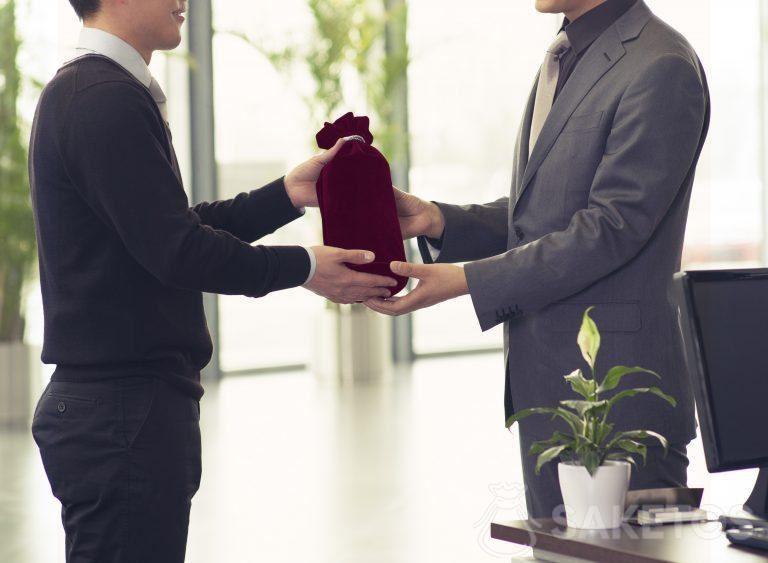 Alcohol verpakt als geschenk in een zakje van velours.