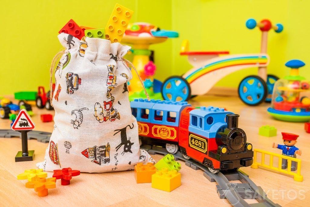 3.Kleine cadeautjes voor de kinder en zoals snoepjes en klein speelgoed zoals zeepbellenblazers kunnen in stoffen zakken worden geplaatst.