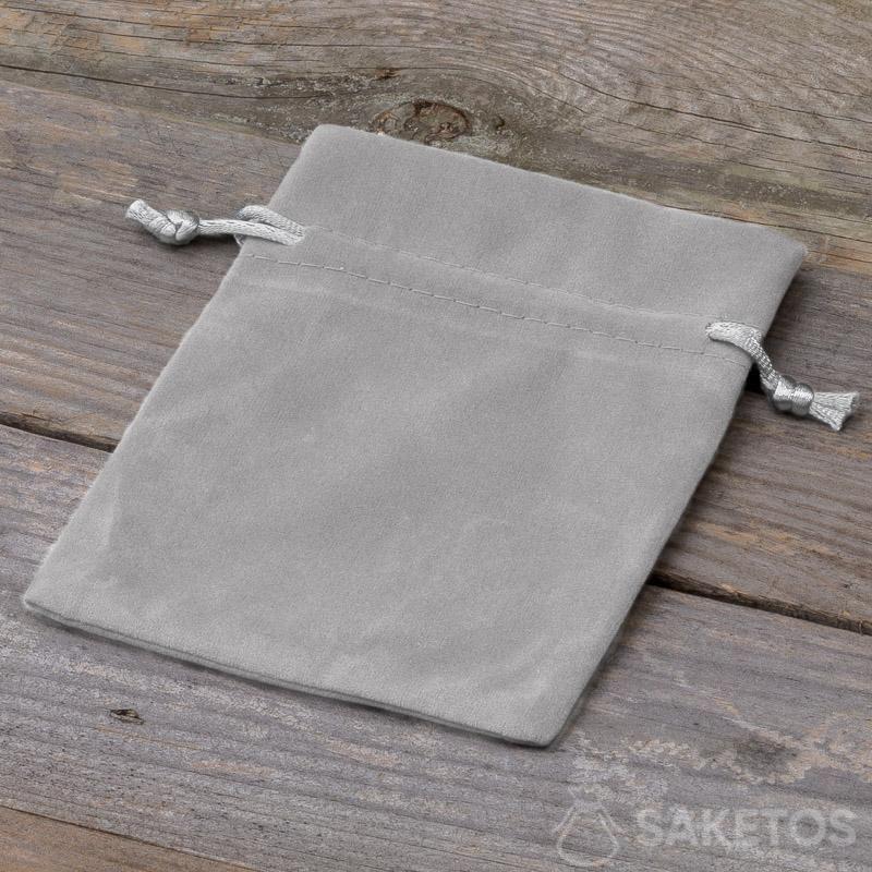 Een decoratief zakje van grijs velours
