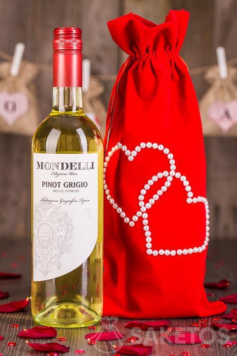 5.Wijn verpakt als cadeau in een decoratief zakje van rood velours.