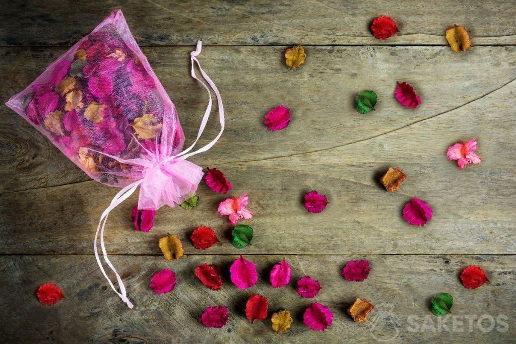 Organza zakjes kunnen ook gebruikt worden voor het bewaren van gedroogde bloemen