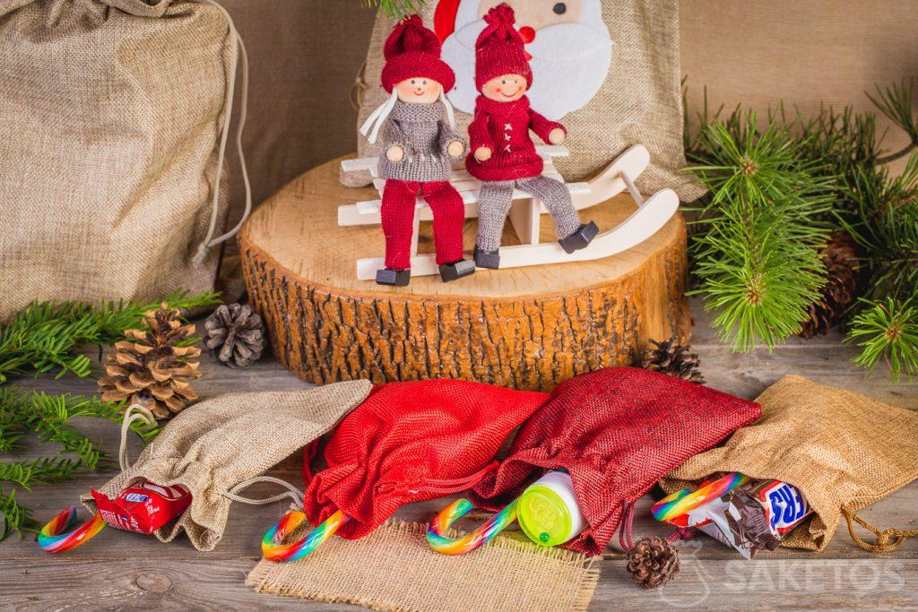 1.In stoffen zakjes van stof kunt U snoepjes voor het Kerstfeest verpakken. De Kerstman in de kleuterschool
