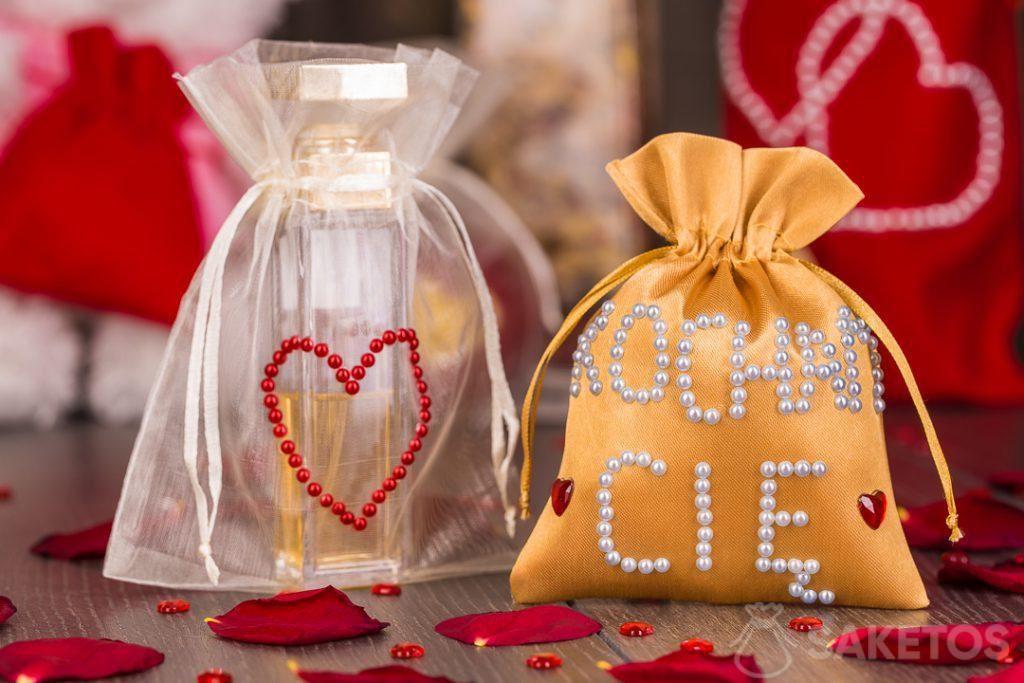 Een linnen cadeauzakje voor uw geliefden met een schilderij gemaakt met acrylverven