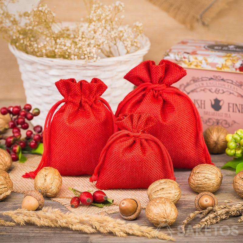 3.Rode jutezakjes als decoratief element in de keuken