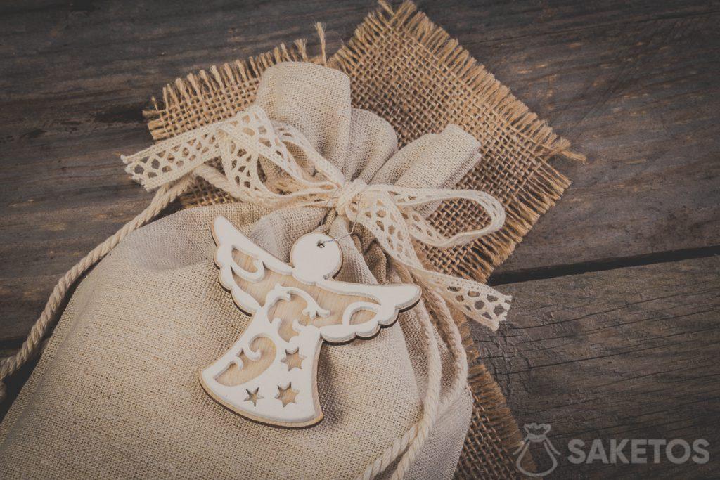 Stoffen zakjes kunnen met de hand versierd worden met parels en strass-steentjes