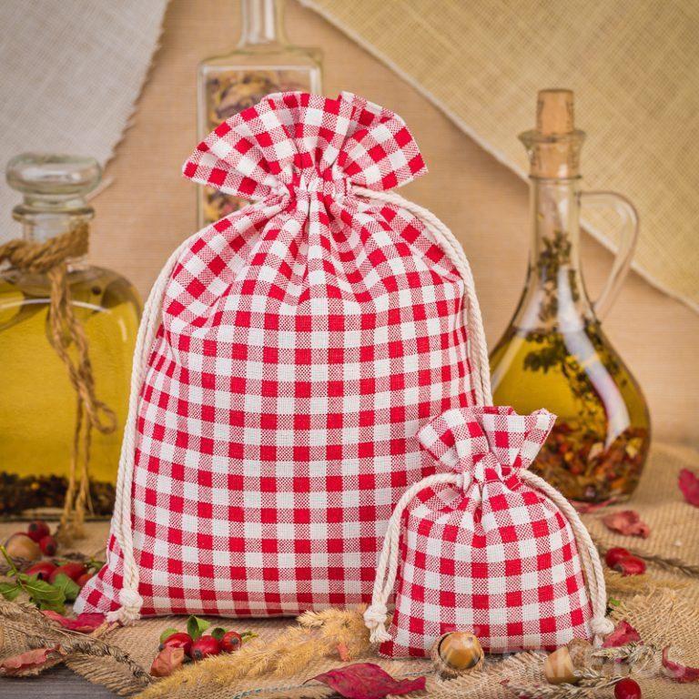 1.Modieuze rood geruite linnen zakjes zijn een geweldige decoratie voor uw keukenwerkblad of plank.