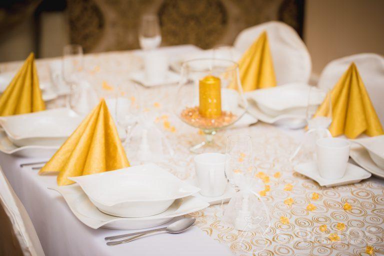 3.Decoratief servies in wit- en goudkleurige tinten